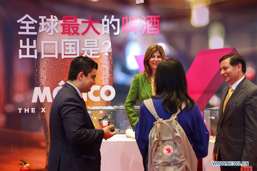 People talk at the Mexico pavilion during the first China International Import Expo (CIIE) in Shanghai, east China, Nov. 5, 2018. A total of 82 countries and three international organizations showcased their achievements in economic and trade development as well as competitive products at 71 booths in the Country Pavilion for Trade and Investment at the CIIE. (Xinhua/Liu Dawei)<br/>