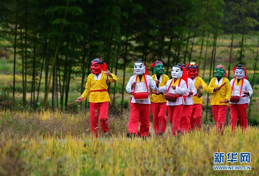 <br/>   福建省邵武市大埠岗镇河源村的邵武傩舞舞者列队在乡间小路上排练(11月4日摄)。