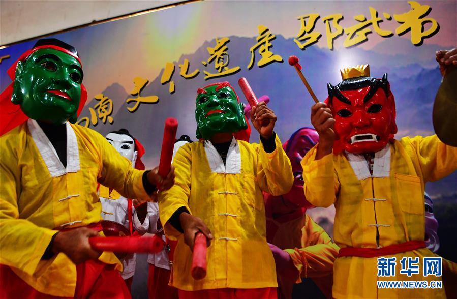 <br/>   福建省邵武市大埠岗镇河源村的傩舞舞者在展示邵武傩舞的基本动作(11月4日摄)。<br/>