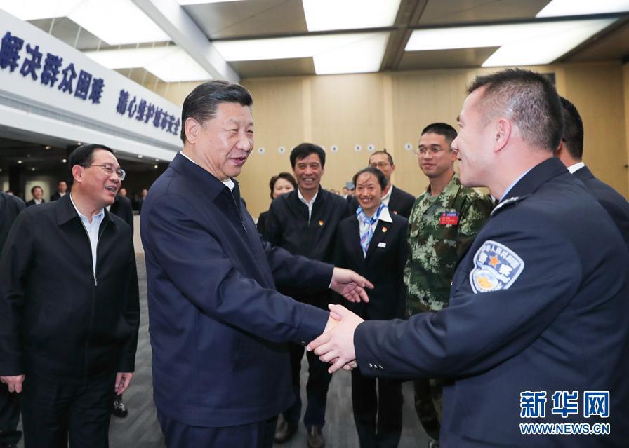 这是习近平在浦东新区城市运行综合管理中心同工作人员亲切握手。 新华社记者 谢环驰 摄