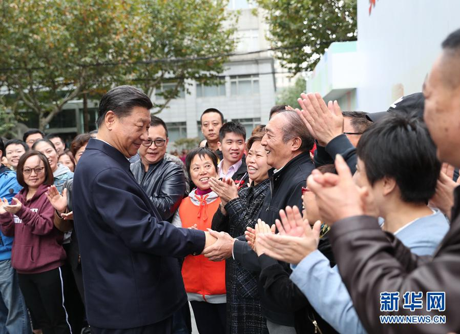 这是习近平在虹口区市民驿站嘉兴路街道第一分站同居民亲切握手。 新华社记者 谢环驰 摄