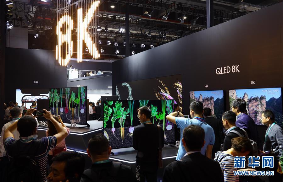 来場者が6日、サムスンのQLED 8Kに注目。同製品はスマートで臨場感あふれる視聴体験をもたらす。<br/>  「中国網日本語版(チャイナネット)」 2018年11月7日 <br/>