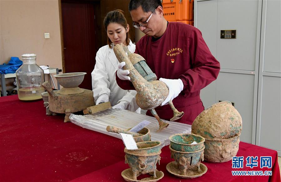 <br/>   11月7日,考古人员在整理洛阳发现的西汉大墓出土的器物。