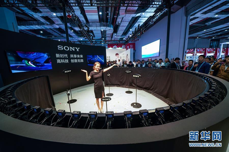 体験者が6日、ソニーの展示ブースで「バレットタイム」撮影を体験。同システムはデジカメ「RX0」80台からなり、同時にシャッターを切ることで驚きの効果を生む。<br/>  第1回中国国際輸入博覧会の電子製品・家電展示エリアは、家電、AIなど各分野のハイテク製品を全面的に展示し、未来のテクノロジーライフを描き出した。<br/>