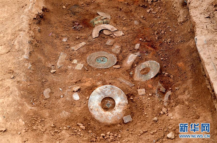 这是洛阳发现的西汉大墓棺内的陪葬器物(11月7日摄)。<br/>