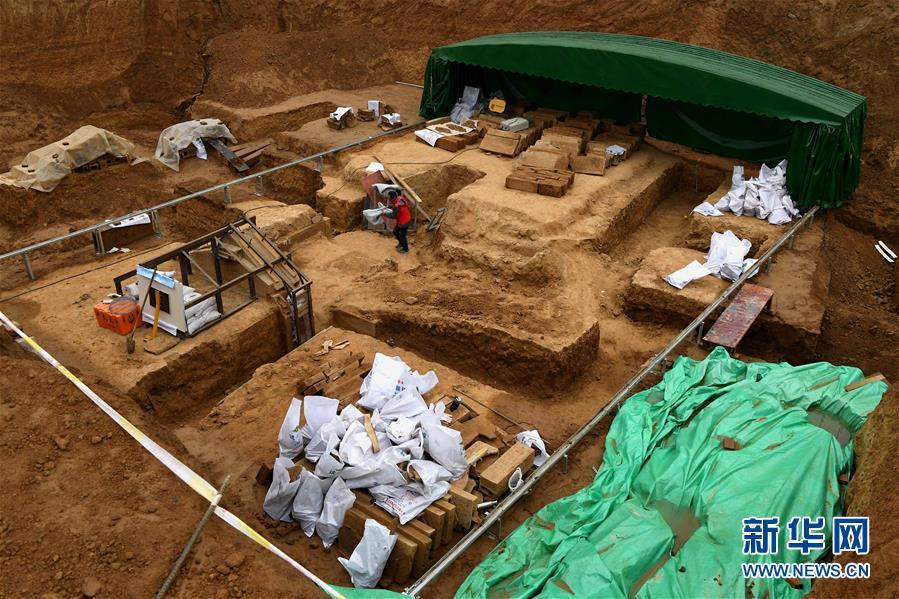 这是洛阳发现的西汉大墓发掘现场(11月7日摄)。10月初,考古人员在洛阳发现一座西汉空心砖券大墓,年代初步判定为西汉中晚期。该墓出土的一件青铜壶里有大量液体,考古人员推测液体可能是西汉时期的美酒。<br/>  据介绍,该墓型制较为特殊,由墓道、主墓室、侧室、廊道、耳室、坠室6部分组成。工作人员已经清理出墓主人骨架一具,葬具为双棺,棺内陪葬有大量玉器。主墓室内发现大雁铜灯、铜镜、耳杯等随葬品,其中,大雁铜灯在洛阳地区属首次被发现。<br/>