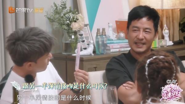 ▲張杰、謝娜在飛機上深吻。(圖/翻攝自YouTube/湖南衛視芒果TV官方頻道China HunanTV Official Channel)