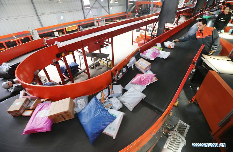 Employees work at the distribution center of a delivery company in Lianyungang, east China's Jiangsu Province, Nov. 11, 2018. Delivery companies were running at full speed to deliver massive number of parcels after Alibaba Group's Singles' Day online shopping spree on Nov. 11. (Xinhua/Xu Congjun)<br/>