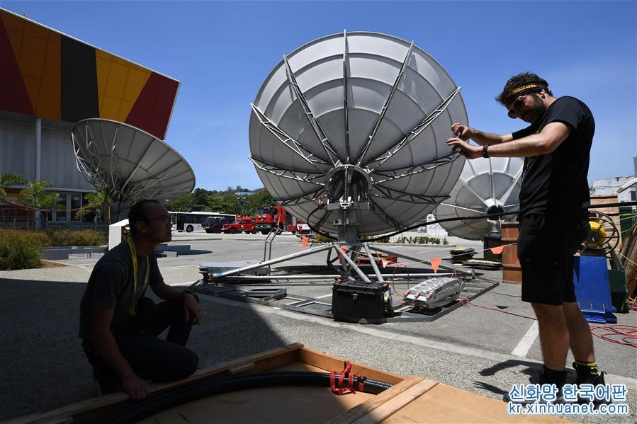 11월13일, 파푸아뉴기니 수도 포트모르즈비의 APEC 국제미디어센터에서 실무자들이 위성 장비를 설치하고 있다.<br/>