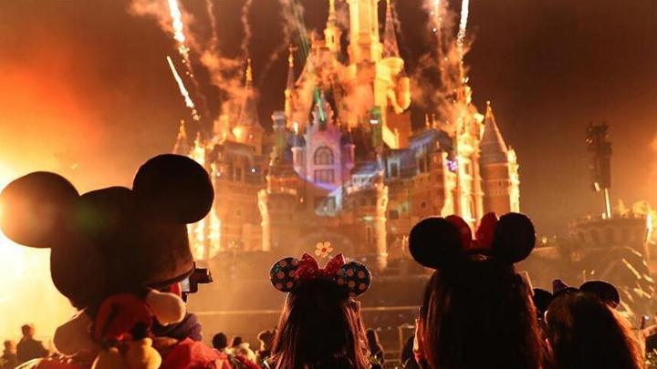 上海迪士尼庆祝米老鼠动漫形象90岁生日