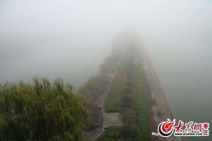 南水北调的翻水站,雾里看花辨不清;<br/>  运河夹道中的双龙湖,朦胧之美,仙境也不换。