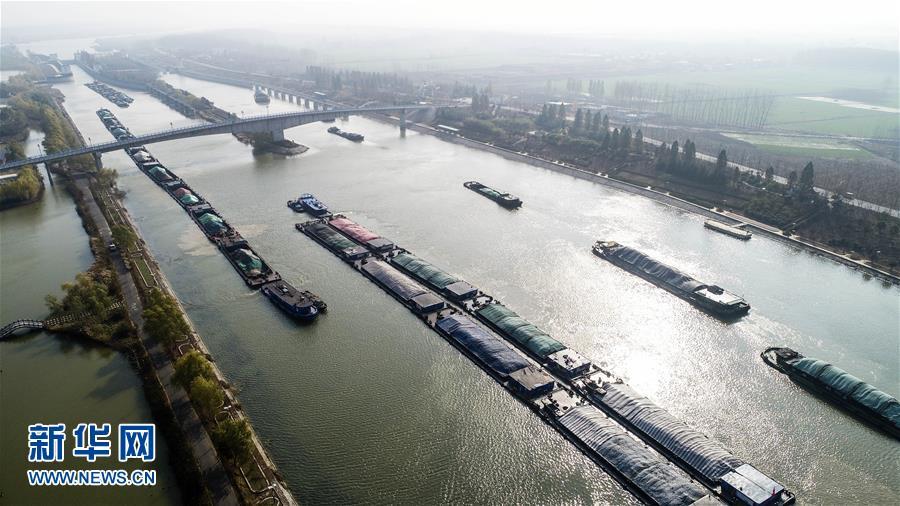 11月23日,满载电煤的船舶行驶在京杭运河山东枣庄段(无人机拍摄)。<br/>