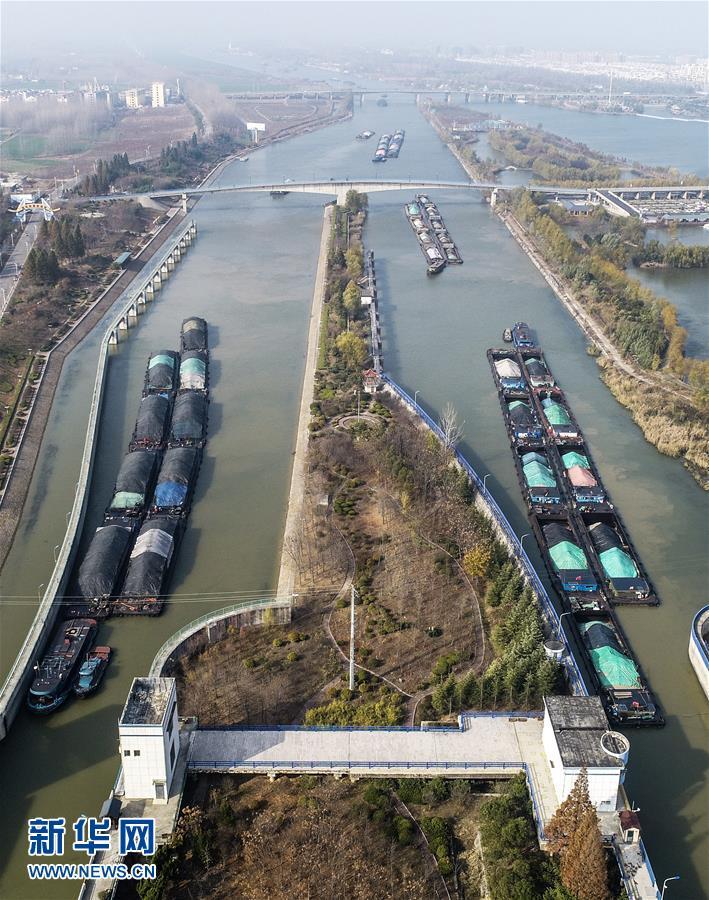 11月23日,满载电煤的船舶在通过京杭运河山东台儿庄船闸(无人机拍摄)。