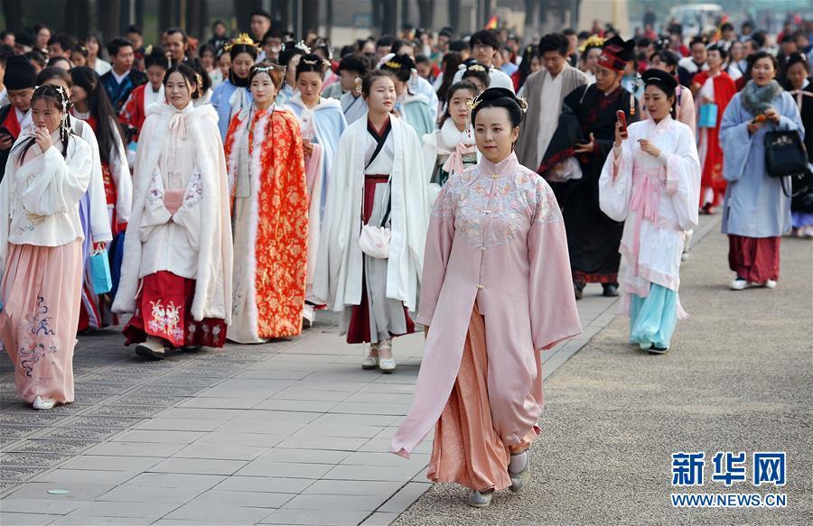 <br/>   11月24日,汉服爱好者在西安大明宫国家遗址公园进行巡游。