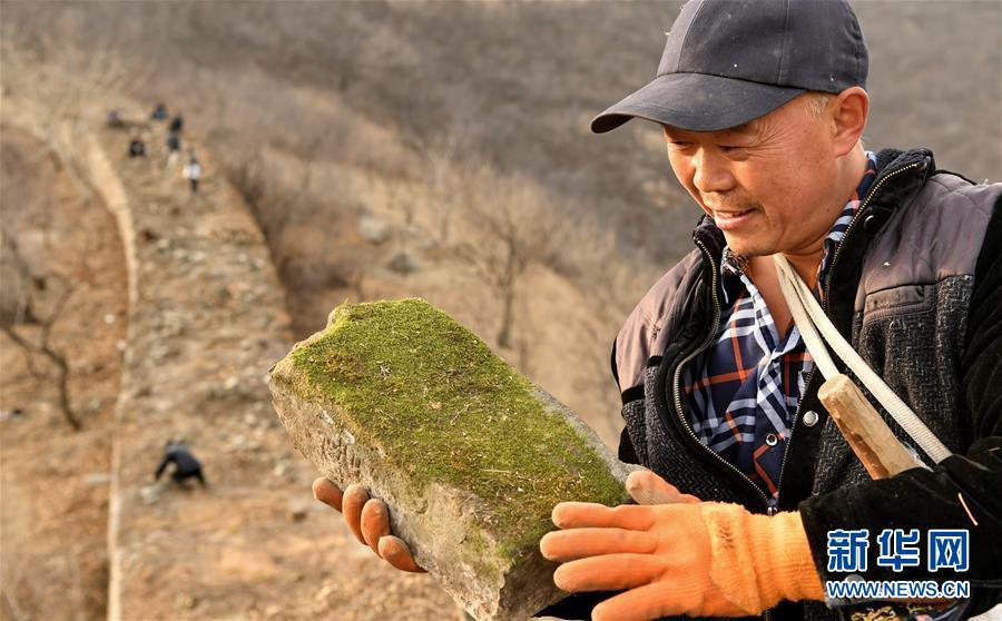 <br/>   11月27日,延庆区大庄科乡香屯村村民在整理散落的长城砖块。