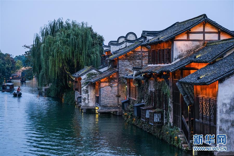 11月6日、烏鎮の夜景<br/>  数千年の歴史を有する江南の古鎮にとって、40年は非常に短い時間である。しかし改革開放から40年で、輝かしい痕跡を残した。烏鎮は静かな街であると同時に、インターネット要素も取り入れ、産業、プロジェクト、プラットフォームは生気に満ちあふれている。<br/>