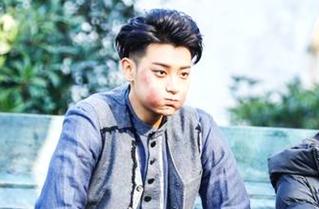 """黄子韬拍戏受伤片段曝光 右眼险瞎""""不怪其他人"""""""