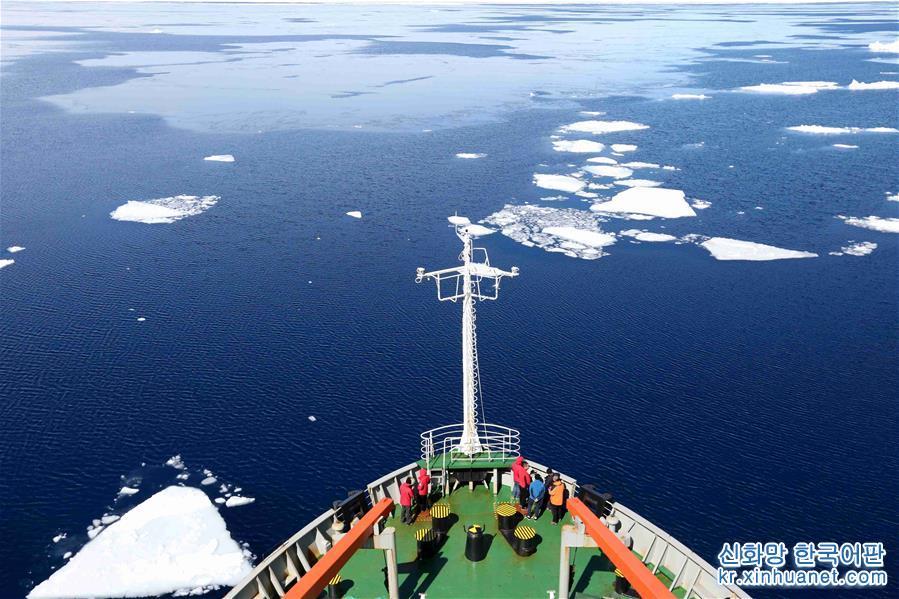 남극탐사선 쉐룽(雪龙)호가 프릿츠만(Prydz bay)를 항해하고 있다. (11월29일 촬영) 중국 제35차 남극탐사대를 태운 남극탐사선 쉐룽호가 프릿츠만(Prydz bay)을 항해하고 있다. 프릿츠만은 쉐룽호가 남극 중산(中山)기지에 도착하기 전에 지나가는 마지막 해역이다. [촬영/신화사 기자 류스핑(刘诗平)]<br/>