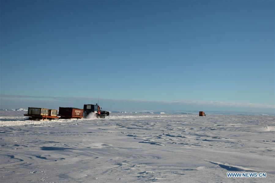 Snowmobiles loaded with supplies head for the Zhongshan station in Antarctica, Dec. 2, 2018. China's research icebreaker Xuelong, also known as the Snow Dragon, is now 44 kilometers away from the Zhongshan station. Unloading operations have been carried out after the routes were determined. (Xinhua/Liu Shiping)<br/>