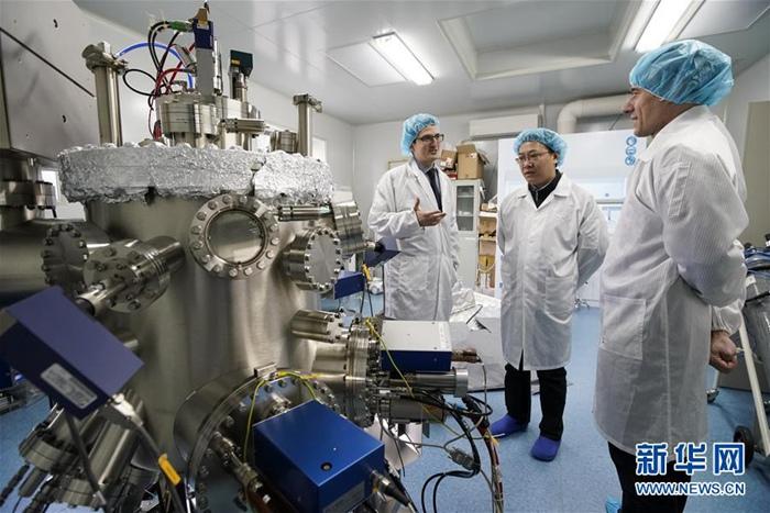 11월 29일, 카를로스 씨(왼쪽 첫 번째)가 실험실에서 동료들과 이야기를 하고 있다. [촬영: 신화사 선보한(瀋伯韓) 기자]