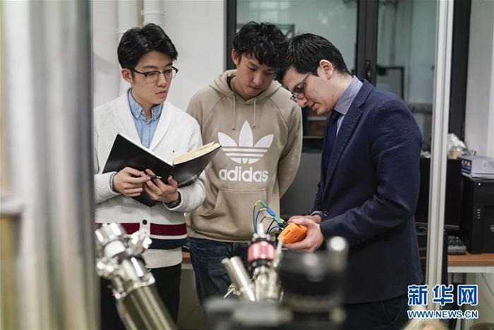 11월 29일, 카를로스 씨(오른쪽 첫 번째)와 그의 연구진들이 실험실에서 일하고 있다. [촬영: 신화사 선보한(瀋伯韓) 기자] <br/>