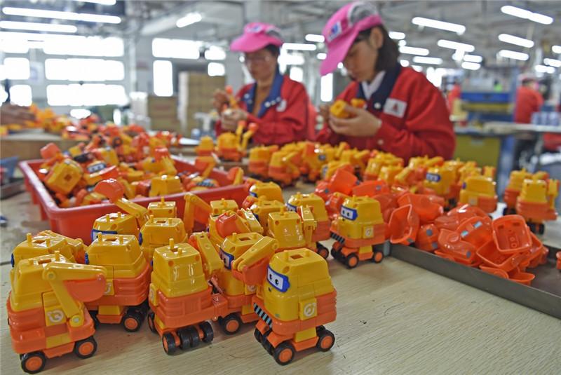 おもちゃを組み立てる工員広東省汕頭市澄海区にある玩具メーカーの工場にて(新華社12月12日撮影)<br/>  「おもちゃの街」として知られる広東省汕頭(スワトウ)市澄海区。これまでは単純な組立加工が中心だったが、最近ではクリエイティブ産業や文化産業などハイエンド産業への転換が進んでいる。<br/>