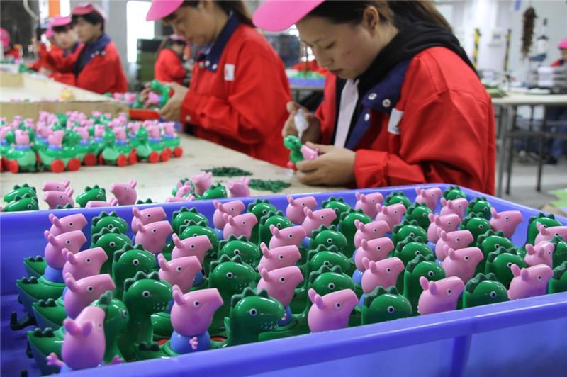 おもちゃを組み立てる工員広東省汕頭市澄海区にある玩具メーカーの工場にて(新華社12月12日撮影)<br/>  造形デザインや原料供給、金型加工、部品製造、組立、アニメ?漫画、展示会、輸出入、販売、運輸などの専業企業が分業して協力し合う産業クラスターを構築。その強みを活かして製品の6割近くを140数カ国?地域に輸出している。<br/>