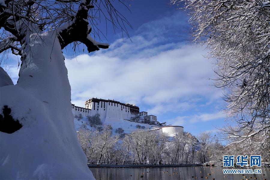<br/>   12月19日拍摄的雪后的布达拉宫。 12月18日,西藏拉萨市迎来今年入冬以来的首场降雪。19日清晨,拉萨雪后初霁,处处银装素裹,尽显雪域高原之美。 新华社记者普布扎西摄