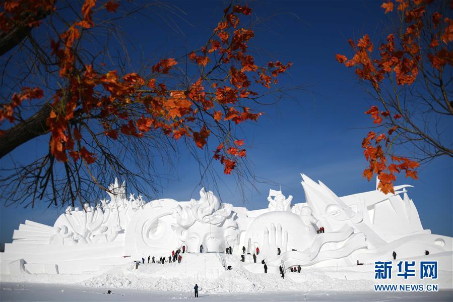12月24日,哈尔滨太阳岛雪博会主塑露出&amp;ldquo;芳容&amp;rdquo;。本届雪博会主塑&amp;ldquo;星河之旅&amp;rdquo;长106米,高32米,宽20米,用雪量达4万立方米。<br/>