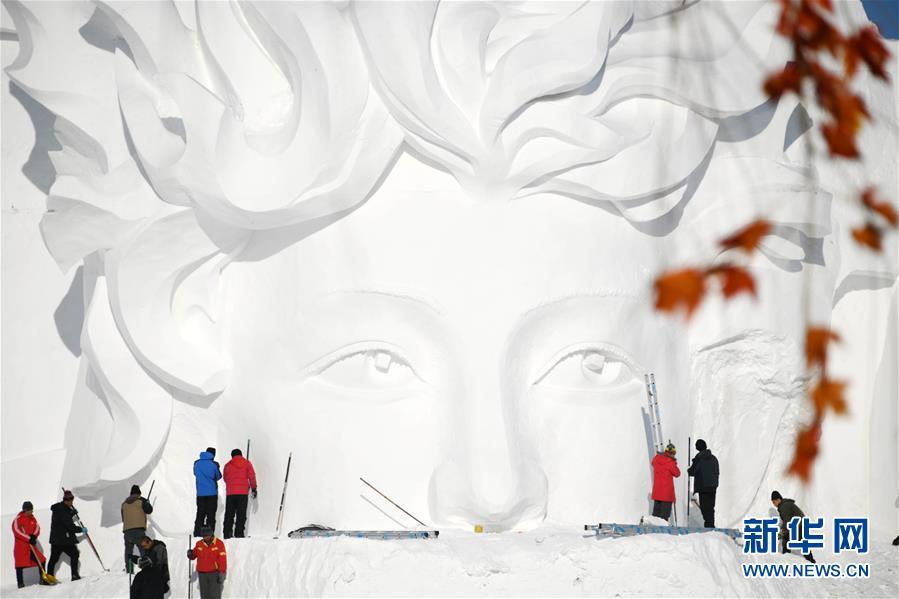 <br/>   12月24日,雪雕师在制作太阳岛雪博会主塑&amp;ldquo;星河之旅&amp;rdquo;。<br/>