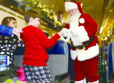 """乘""""极地特快""""去北极拜访圣诞老人"""
