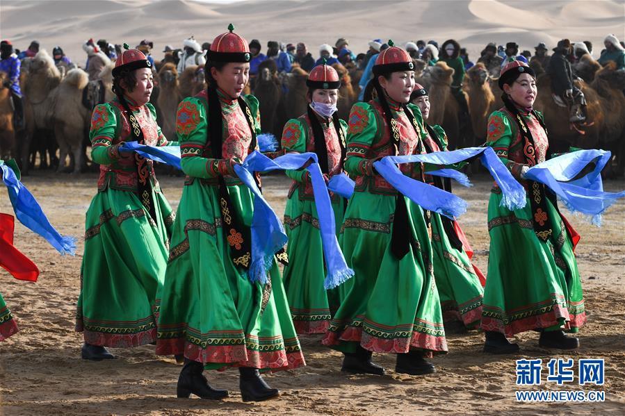 <br/>   12月27日,牧民手捧哈达进行表演。