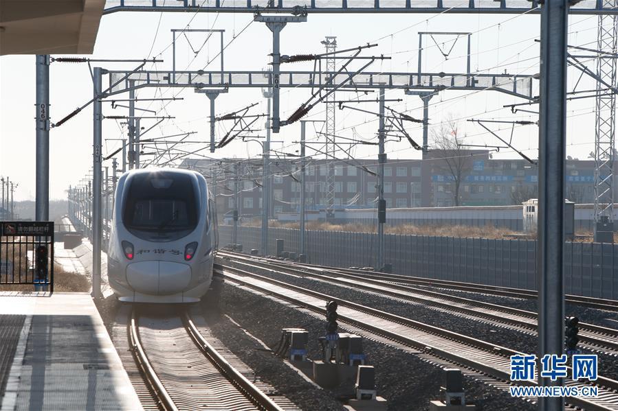 12月29日,新通高铁C1508次列车驶出甘旗卡站。当日,随着新(新民)通(通辽)高铁正式通车,内蒙古自治区首次汇入全国高铁网。<br/>