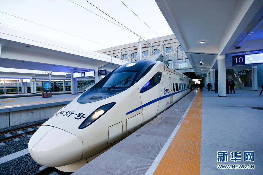 <br/>   新通高铁从通辽到沈阳的首列动车组列车停靠在通辽站准备发车(12月29日摄)。<br/>