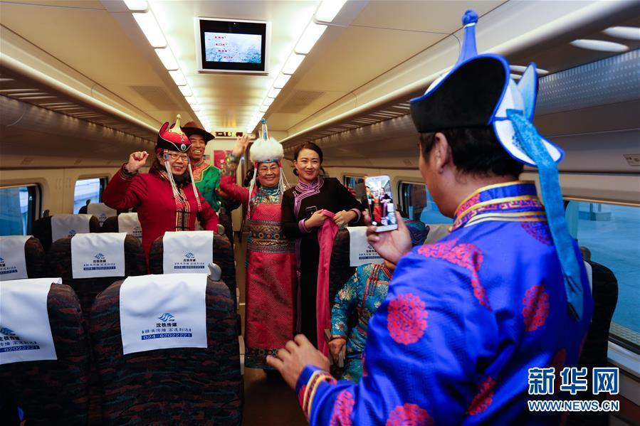 <br/>   12月29日,乘客在新通高铁C1508次列车车厢里合影留念。