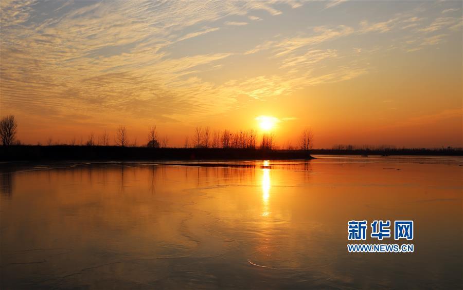 12月30日在山东省临沂市郯城县沭河岸边拍摄的夕阳。