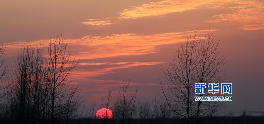12月30日在山东省临沂市郯城县沭河岸边拍摄的夕阳。<br/>