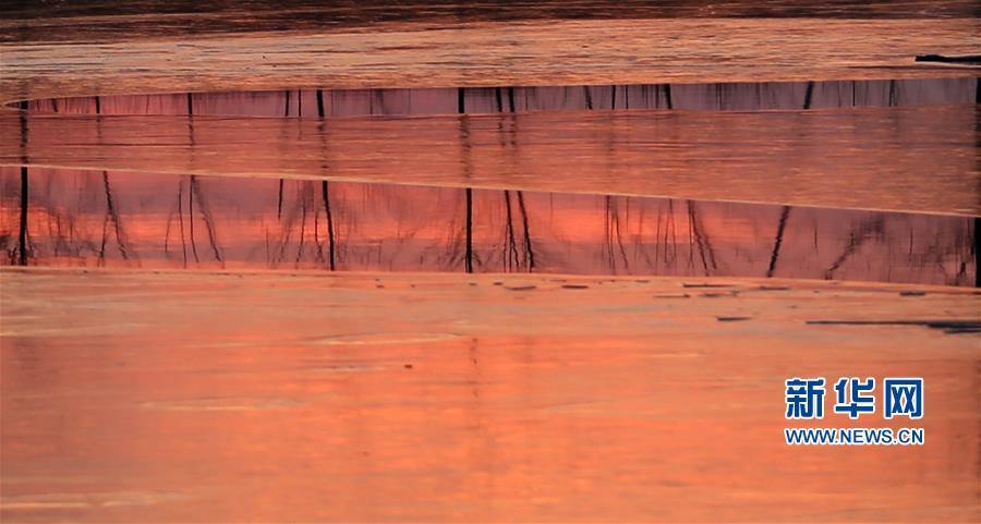 12月30日,在山东省临沂市郯城县,夕阳照耀下的沭河秀美如画。<br/>