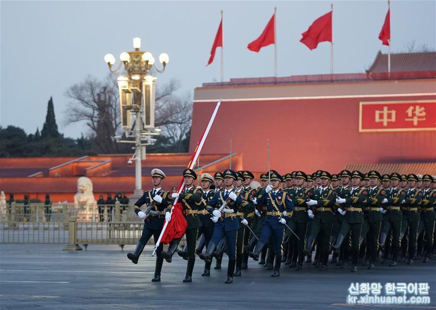 1월1일 새벽, 베이징 톈안먼 광장에서는 새해 첫 국기 게양식이 열렸다. [촬영/신화사 기자 쥐환쭝(鞠煥宗)]<br/>