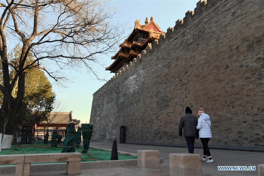 Tourists walk past the wall of the Palace Museum in Beijing, capital of China, Jan. 1, 2019. In order to further enhance visiting experiences and loosen pressure on exits, starting from Jan. 1, 2019, the museum will open the area between its northern Gate of Divine Prowess (Shenwu) and eastern Gate of East Glory (Donghua). (Xinhua/Jin Liangkuai)<br/>