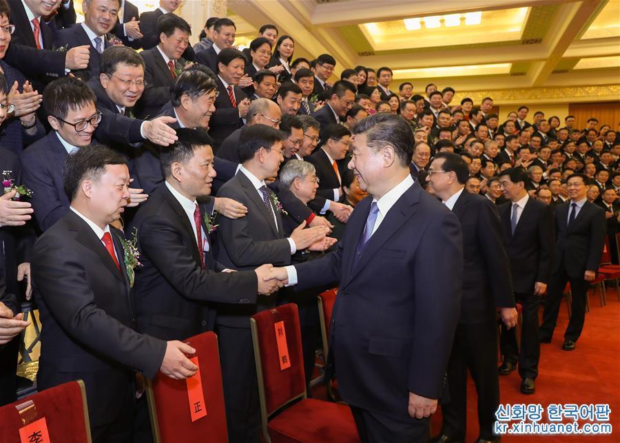 회의에 앞서 시진핑, 리커창, 왕후닝, 한정 등 당과 국가 지도자가 수상자 대표를 회견했다. [촬영/ 신화사 기자 쥐펑(鞠鵬)]<br/>