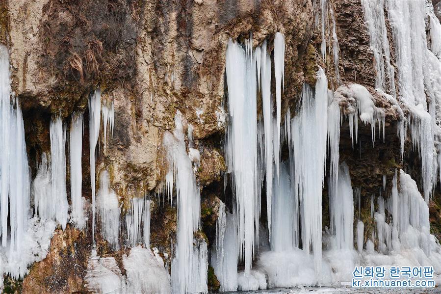 기온이 낮아지면서 허난성 자오쭤(焦作)시에 있는 윈타이산 관광지에는 얼음폭포 경관이 나타나 장관을 연출했다. [촬영/신화사 기자 리자난(李嘉南)]
