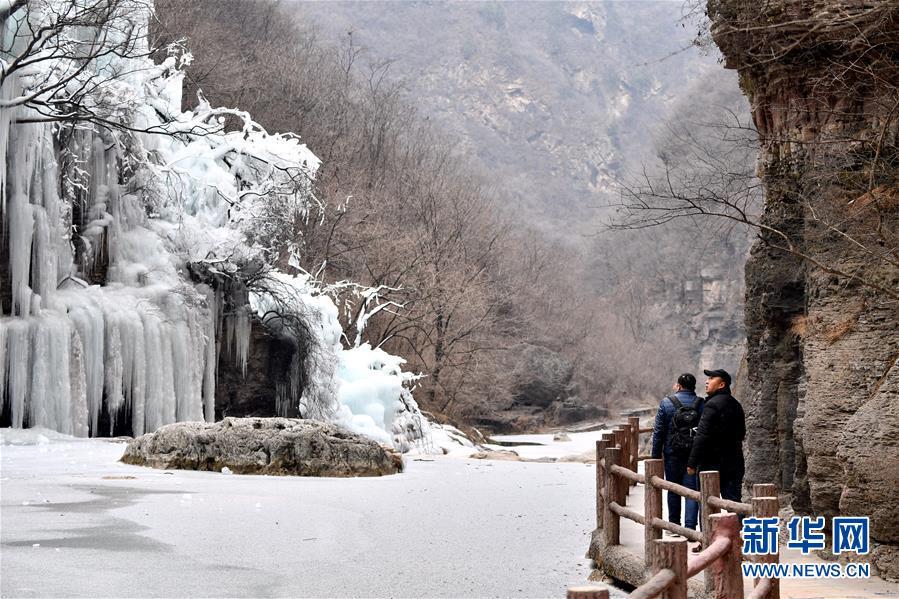 <br/>   1月9日,游客在云台山景区观赏冰瀑景观。<br/>
