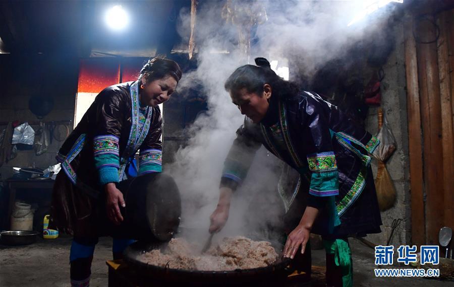 <br/>   1月5日,在广西融水苗族自治县杆洞乡尧告村,村民在制作糯米饭。<br/>