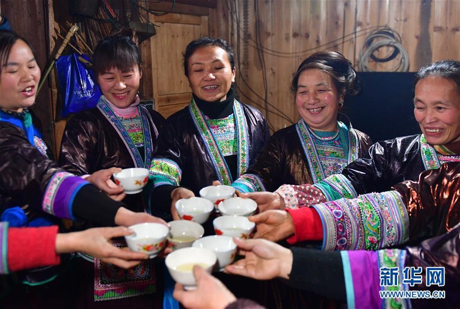 <br/>   1月5日,在广西融水苗族自治县杆洞乡尧告村,村民们在聚会中喝&amp;ldquo;吉祥酒&amp;rdquo;。&amp;ldquo;吉祥酒&amp;rdquo;是苗族群众最喜欢的传统饮料,是苗族人为重大节日准备的。