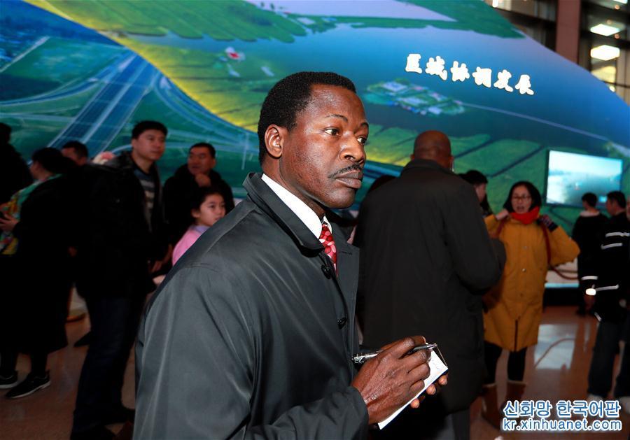 1월 16일, 아프리카 사절단이 '위대한 변혁—개혁개방 40주년 경축 대형 전람회'를 참관했다. [촬영/ 신화사 기자 판쉬(潘旭)]