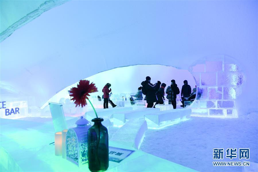 <br/>   1月17日,游客在哈尔滨冰雪大世界园区内参观冰酒吧。
