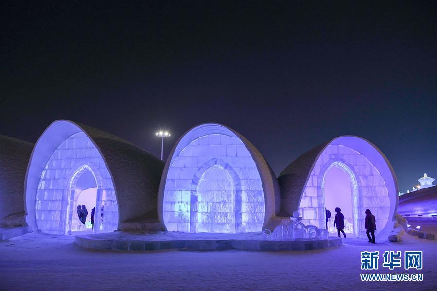 1月17日,游客参观哈尔滨冰雪大世界园区内的冰酒吧。 当日,哈尔滨冰雪大世界园区内的冰酒吧和冰旅馆吸引众多游客参观游览。冰做的床、冰做的桌面、冰做的椅子,满目晶莹,游客置身其间,仿佛进入冰雪的童话世界。<br/>
