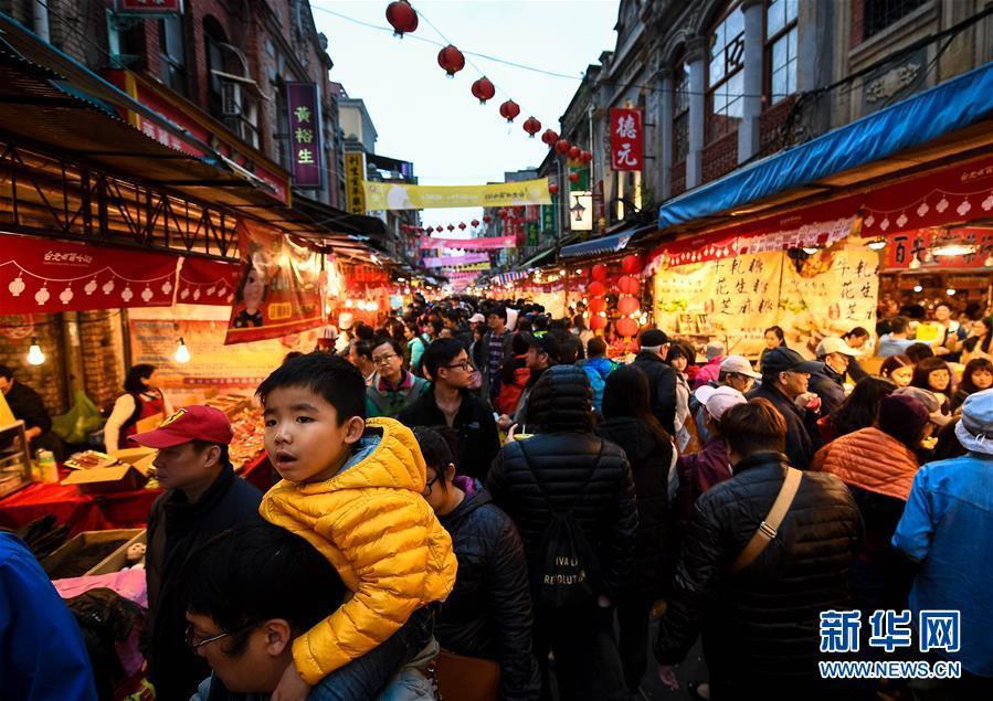 1月20日,市民和游客在台北市迪化街年货大街采购。春节临近,位于台北市迪化街的年货大街年味十足,各式年货琳琅满目,吸引众多市民前来采购。<br/>