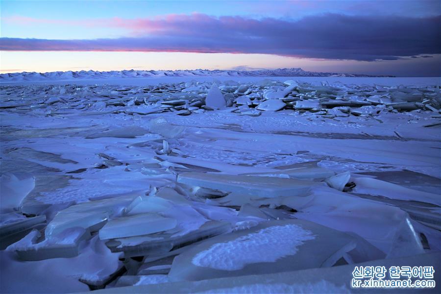 얼음 호수로 변한 겨울의 나무춰가 설산의 품 안에 살포시 안겨 엄동설한을 함께 보내고 있다. [촬영/신화사 기자 줴궈(覺果)]